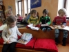 Děti ze školky si prohlížejí knihy.